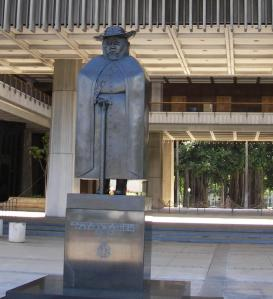 Statue_of_father_Damien_in_front_of_the_Hawaii_state_capitol